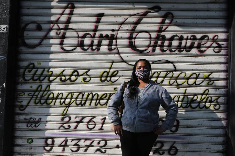 Valéria da Silva Neves foi nesta sexta (3) ao salão onde trabalha, em Cidade Tiradentes, para fazer a limpeza, preparando-se para a volta, na segunda-feira (6)