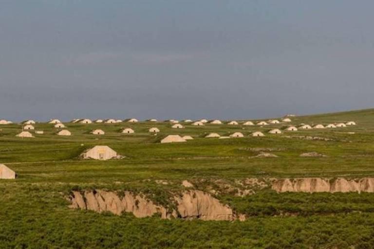 foto mostra uma área verde ampla, com diversos bunkers pela grama