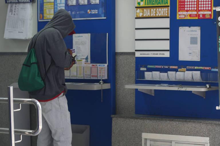 Acumulada, a mega-sena pagará R$ 27 milhões no sorteio a ser realizado neste sábado, no Espaço Loterias Caixa, no terminal Rodoviário do Tietê, na capital paulista