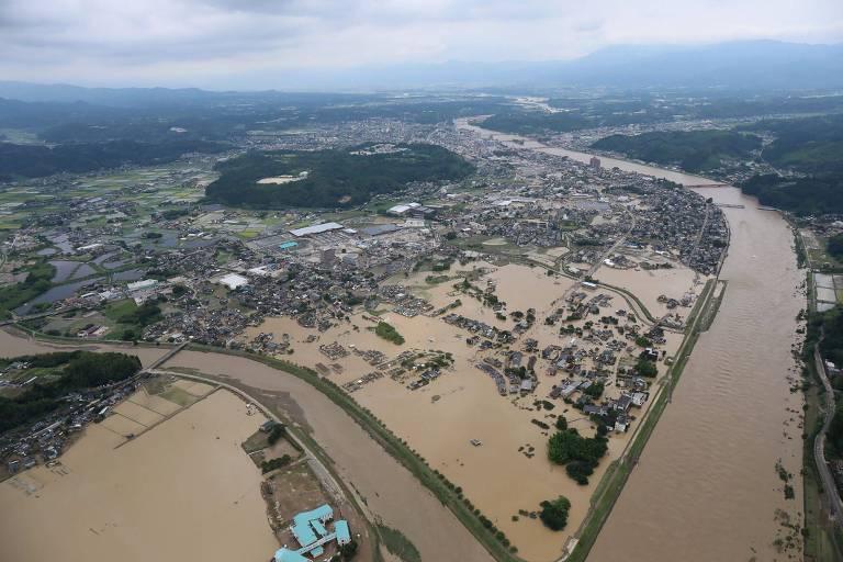 Vista aérea com rio e cidade inundada