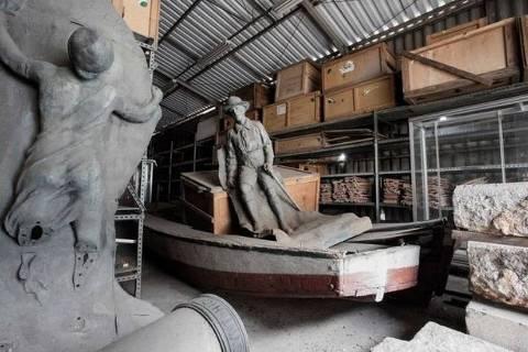 Partes de escultura em homenagem a Olavo Bilac