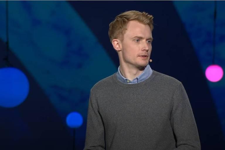 Matemático Adam Kucharski durante palestra