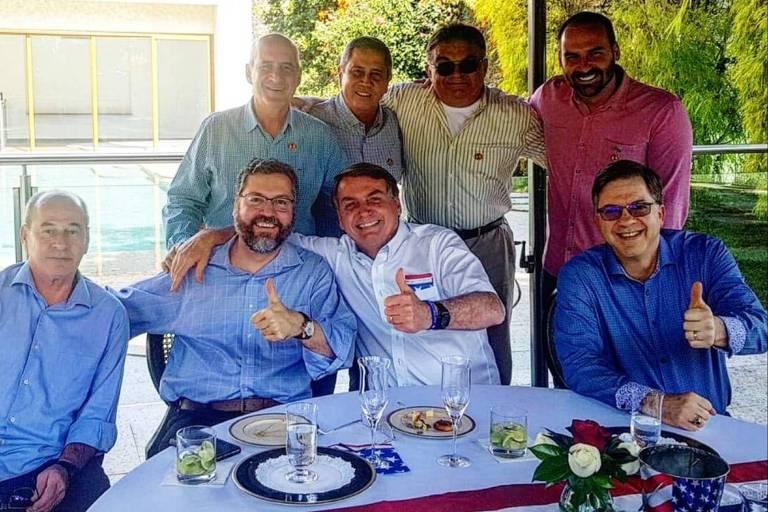 Jair Bolsonaro (sem partido) e comitiva participam de almoço com o embaixador americano no Brasil, Todd Chapman (de azul, à dir.)
