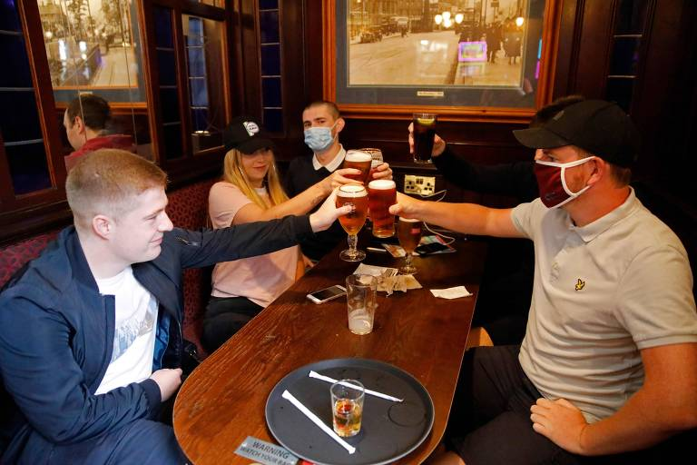 Ingleses voltam aos pubs depois de três meses