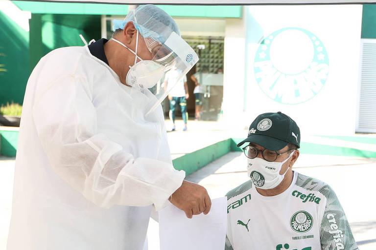O técnico Vanderlei Luxemburgo realiza teste para Covid-19 no CT do Palmeiras