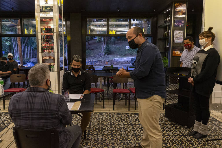 Bar Astor, na Vila Madalena, se prepara para a reabertura, prevista para a próxima segunda-feira (6). Na foto, gerentes do restaurante Bar Astor treinam funcionários sobre novas medidas de segurança para reabertura de bar e restaurantes.