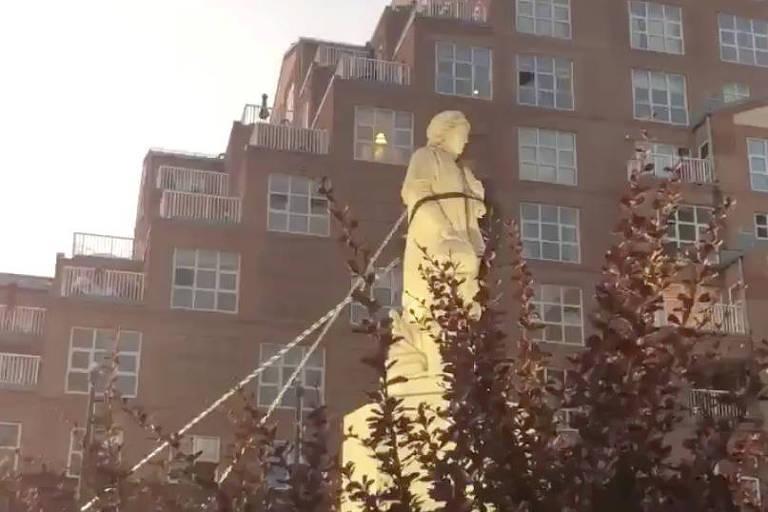 Manifestantes usam cordas para derrubar estátua de Cristóvão Colombo em Baltimore, Maryland, no dia da Indpendência dos EUA