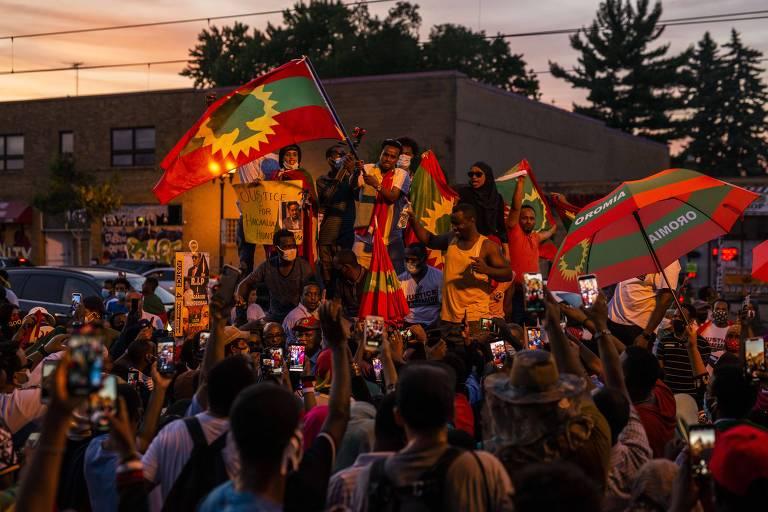Integrantes da etnia oromo protestam em rodovia no estado de Minnesota, nos Estados Unidos, em apoio ao atos na Etiópia