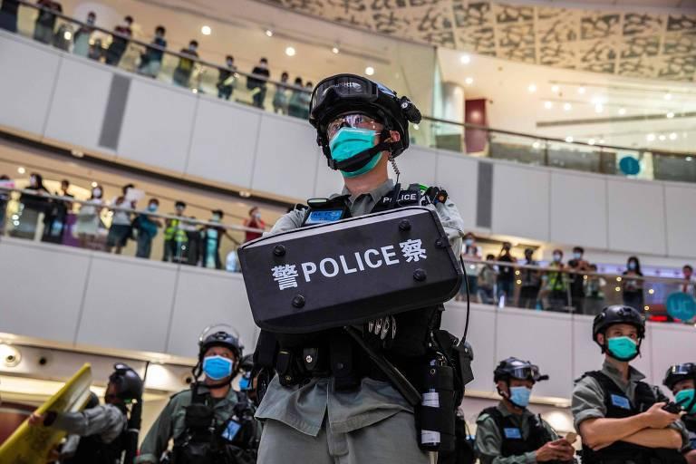Policiais dispersam ato contra a nova lei de segurança em shopping de Hong Kong