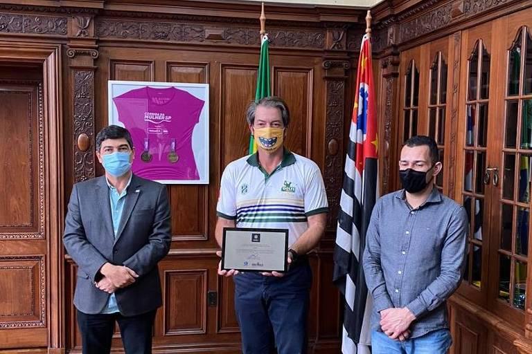 Presidente da Hurra!, Eduardo Pacheco e Chaves, recebendo o Prêmio Amigo do Esporte da Secretaria Estadual do Esporte do Estado de São Paulo.