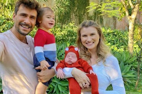 Julio Rocha com a esposa Karoline Kleine e os filhos José e Eduardo