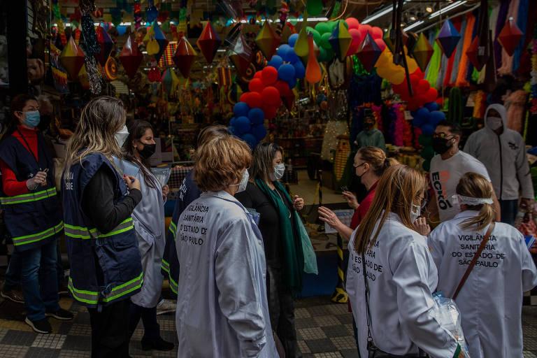 Agentes da vigilância sanitária em ação educativa para uso de máscara no centro de São Paulo