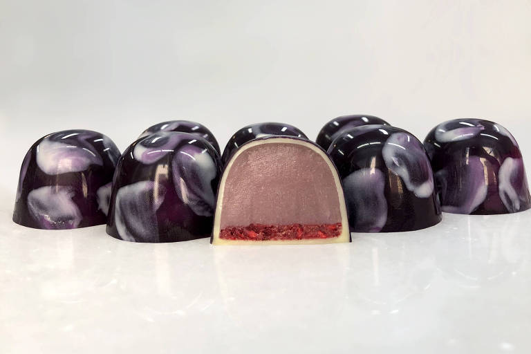Bombom de julho da chocolateria Mica: ganache de hibisco com base crocante de framboesa (R$ 5,50 a unidade)