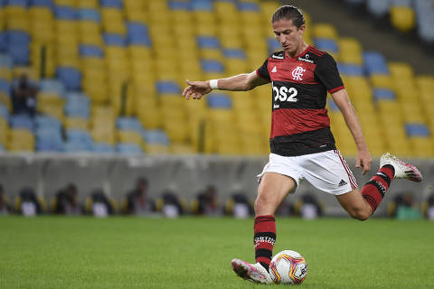 Flamengo football team player Filipe Luis shoots the ball during the Carioca Championship 2020 football match against Flamengo at the Maracana stadium, in Rio de Janeiro, Brazil, on June 18, 2020, which is played behind closed doors as the city gradually eases its social distancing measures aimed at curbing the spread of the COVID-19 coronavirus. (Photo by MAURO PIMENTEL / AFP)