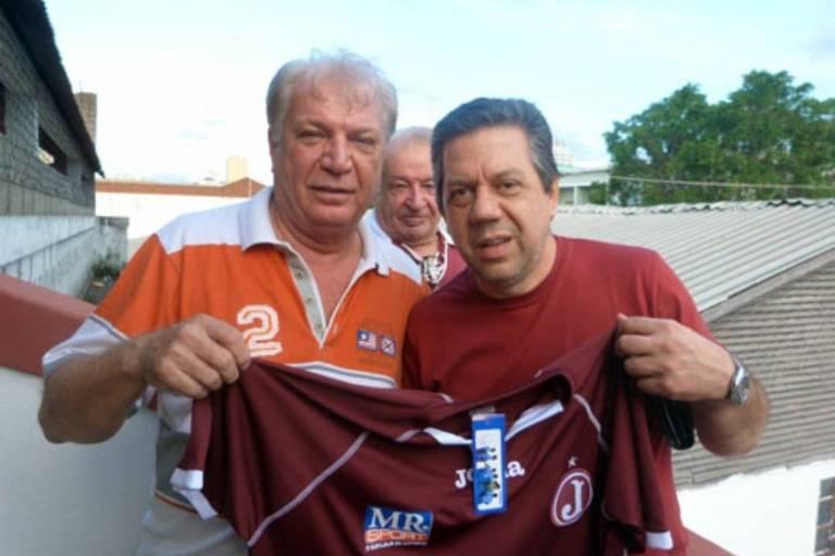 O professor Pasquale Cipro Neto, ao lado do ex-presidente juventino Rodolfo Cetertick, posa com o manto grená do Moleque Travesso
