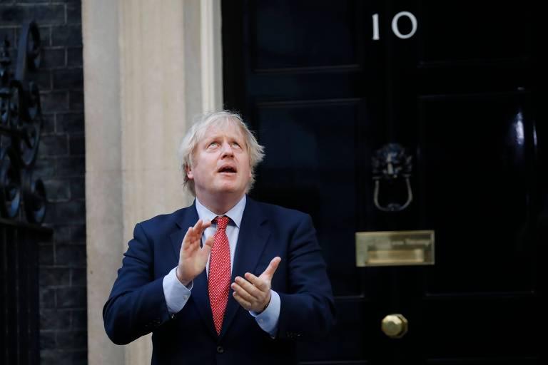 O premiê britânico, Boris Johnson, que teve Covid-19, aplaude os profissionais de saúde durante homenagem nacional