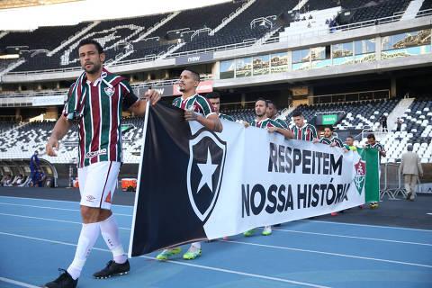 Jogadores do Fluminense entram em campo na semifinal da Taça Rio exibindo faixa de protesto conjunto com o Botafogo e contra a federação estadual do Rio