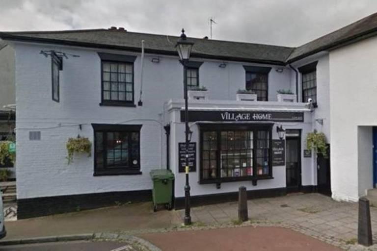 Fachada de pub Village Home fechado em Alverstoke, na Inglaterra