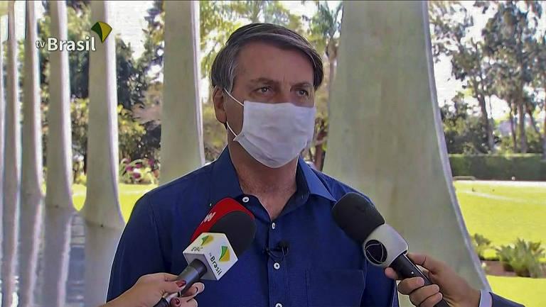 O presidente Jair Bolsonaro anuncia que seu exame deu positivo e está com Covid-19