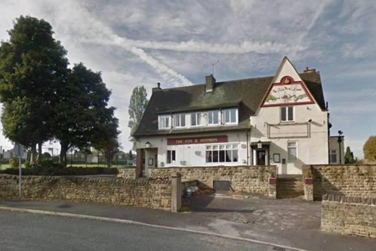 Fachada do pub Fox and Hounds em Batley, West Yorkshire, na Inglaterra,