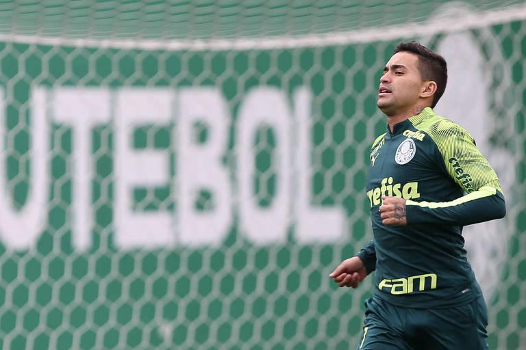 Dudu corre durante treinamento no CT do Palmeiras