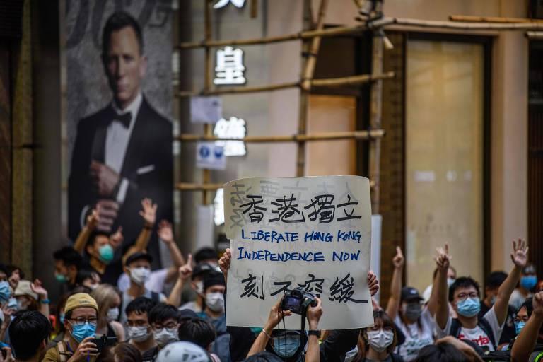 Manifestantes seguram cartaz com pedido de independência durante protesto contra a nova lei de segurança nacional chinesa