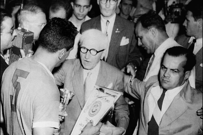 Obdulio, com o número 5 às costas, recebe do então presidente da Fifa, Jules Rimet, a taça de campeão do mundo