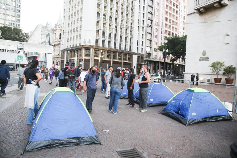 Moradores de rua acampam perto da Prefeitura de São Paulo em protesto por melhor acesso à saúde pública