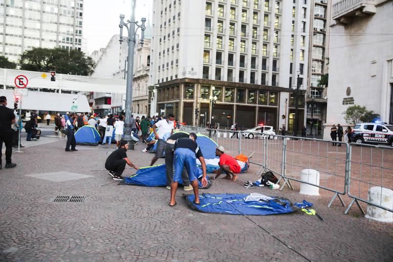 Moradores de rua acampam em frente à prefeitura de SP