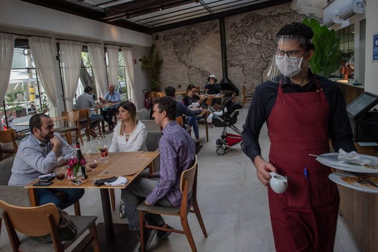 Bares e restaurantes reabrem em São Paulo