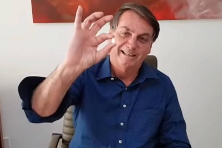 Bolsonaro exibe comprido de hidroxicloroquina e se diz melhor da Covid-19