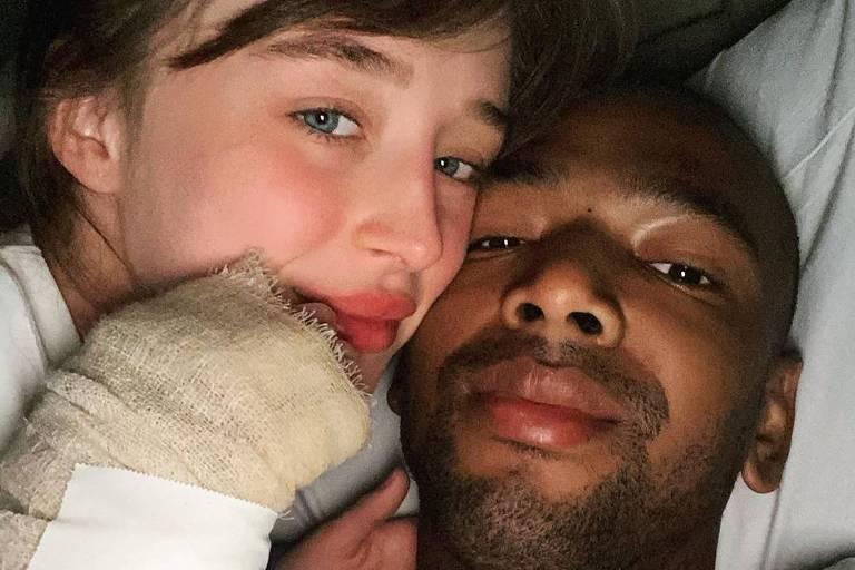 Nego do Borel com a namorada, Duda Reis, após sofrer acidente de moto o Rio
