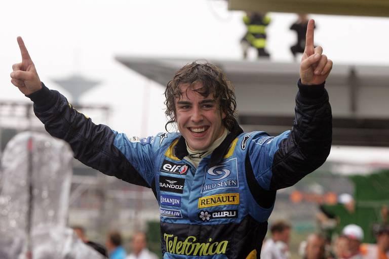 Fernando Alonso celebra a conquista do título da F-1 em 2005, conquistado no GP de Interlagos