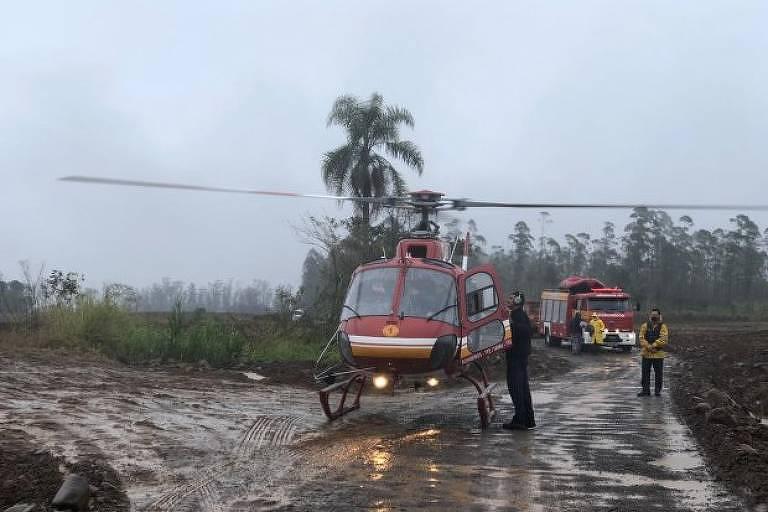 Homens são resgatados de helicóptero por bombeiros após ficarem ilhados em Timbé do Sul, em Santa Catarina, após chuvas causadas por novo ciclone na última terça (7)