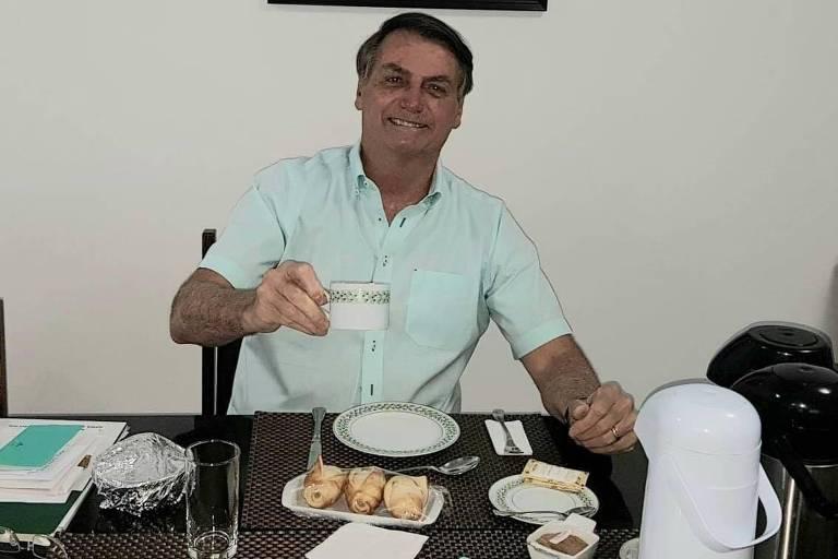 Bolsonaro aparece sorrindo em uma foto com uma xícara na mão no Palácio da Alvorada