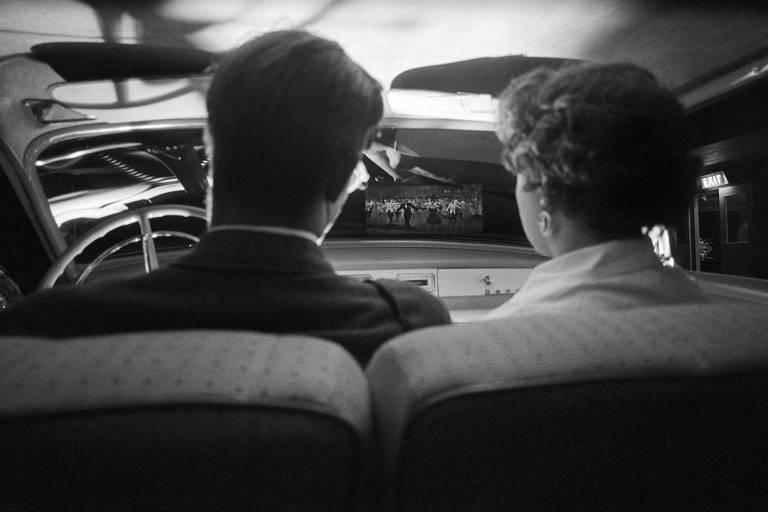 Casal dentro de carro assiste a sessão de cinema em um drive-in de Nova York, em 1955