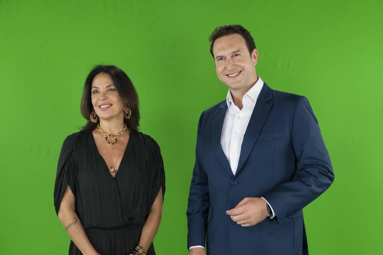 Carolina Ferraz e Edu Ribeiro gravam chamada para o Domingo Espetacular na Record em um fundo de chroma key
