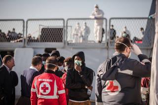 Itália socorre imigrantes africanos no Mediterrâneo
