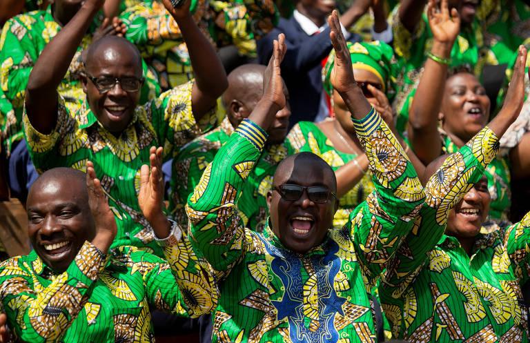 Novo presidente do Burundi toma posse em estádio lotado