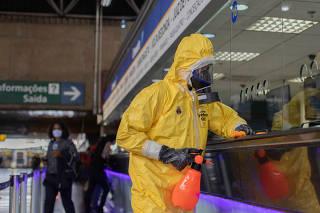 Exército faz desinfecção no Terminal Tietê