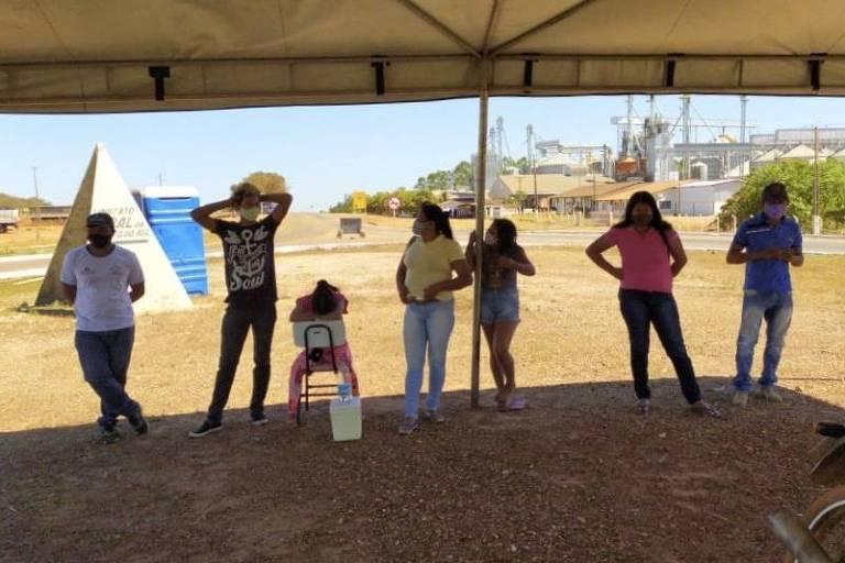 Indígenas do povo javaé barrados por fiscalização sanitária na entrada da cidade de Formoso do Araguaia (TO)