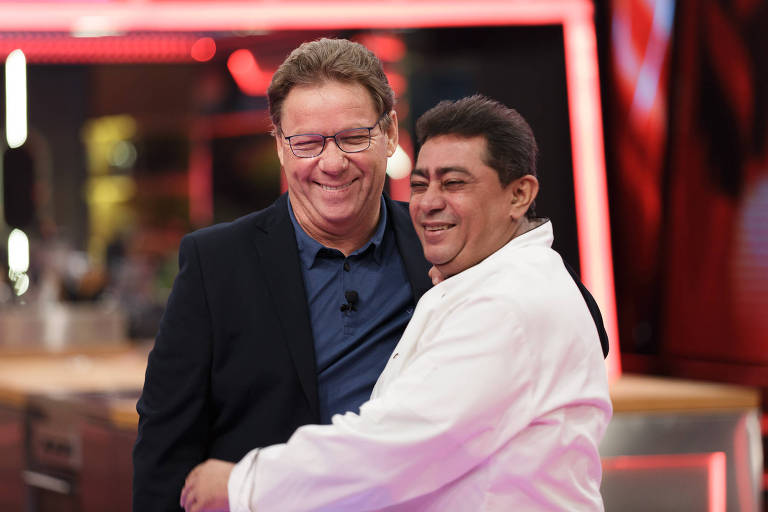 Os chefs Claude Troigros e Batista em momento de carinho no Mestre do Sabor