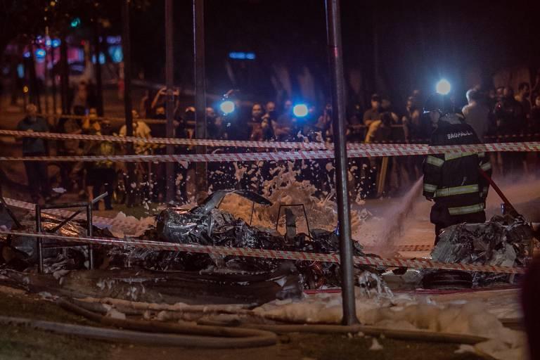 Destroços de avião de pequeno porte que caiu na avenida Braz Leme, após tentar pouso de emergência. O avião vinha de Ubatuba e iria pousar no Campo de Marte, na zona norte de São Paulo