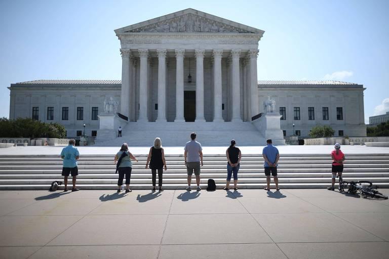 Manifestantes antiaborto rezam diante da Suprema Corte americana, em Washington
