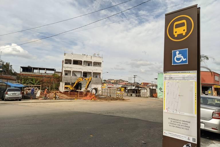 A avenida Kemel Addas no exato ponto de divisa entre São Paulo, Itaquaquecetuba e Poá