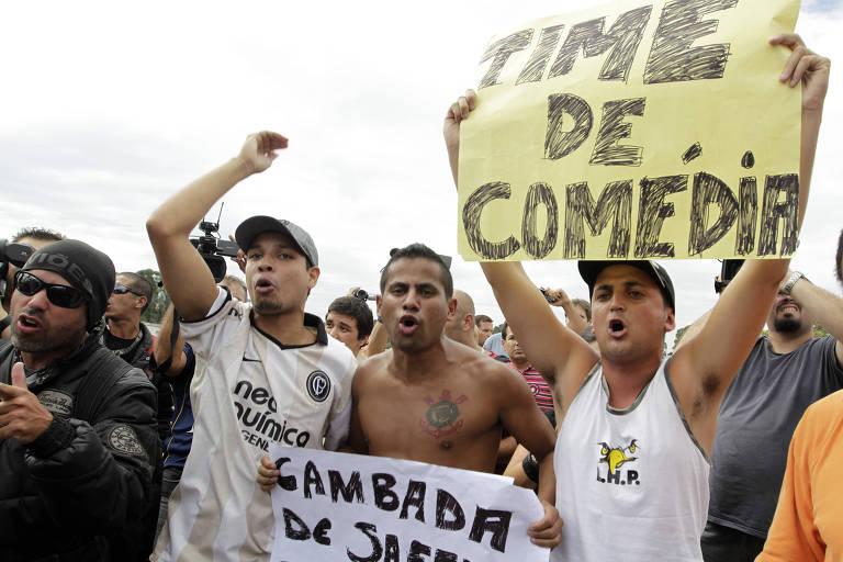 Protesto de torcedores em frente aos portões do Ct Joaquim Grava.