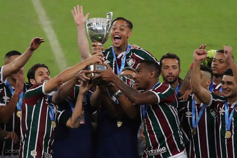 Jogadores do Fluminense com o troféu da Taça Rio, conquistado nesta quarta (8)