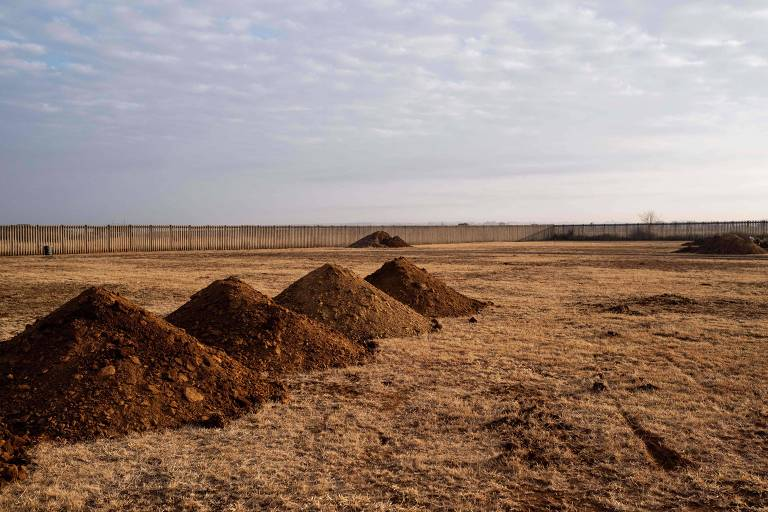 Montes de terra e novas covas, em cemitério na cidade de Pretoria, na província de Gauteng
