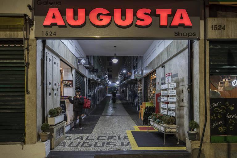 entrada de uma galeria de lojas chamada Augusta