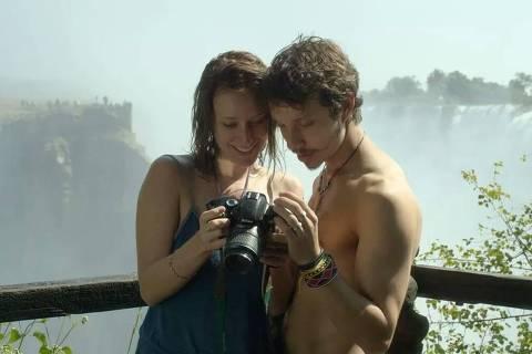 Caroline Abras e João Pedro Zappa em cena do filme